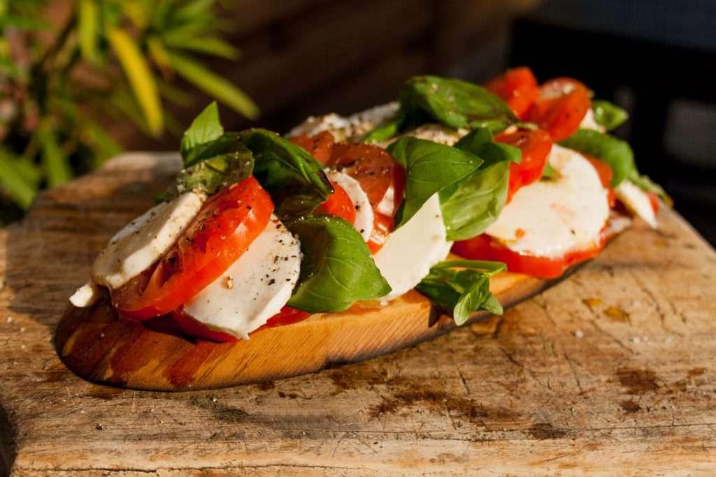 Recept | Op cedar gerookte salade caprese