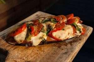 Recept | Op cedar gerookte salade caprese bereid small