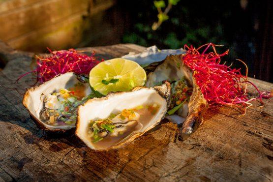 Oosterse oesters gerookt op kersenchunks