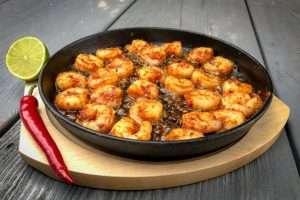 Recept | Sizzling Gamba's Piri Piri met geblakerde prei | Rookplankje.nl