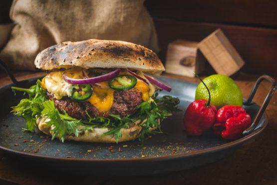 Caribbean style burger met habanero-mango mayo
