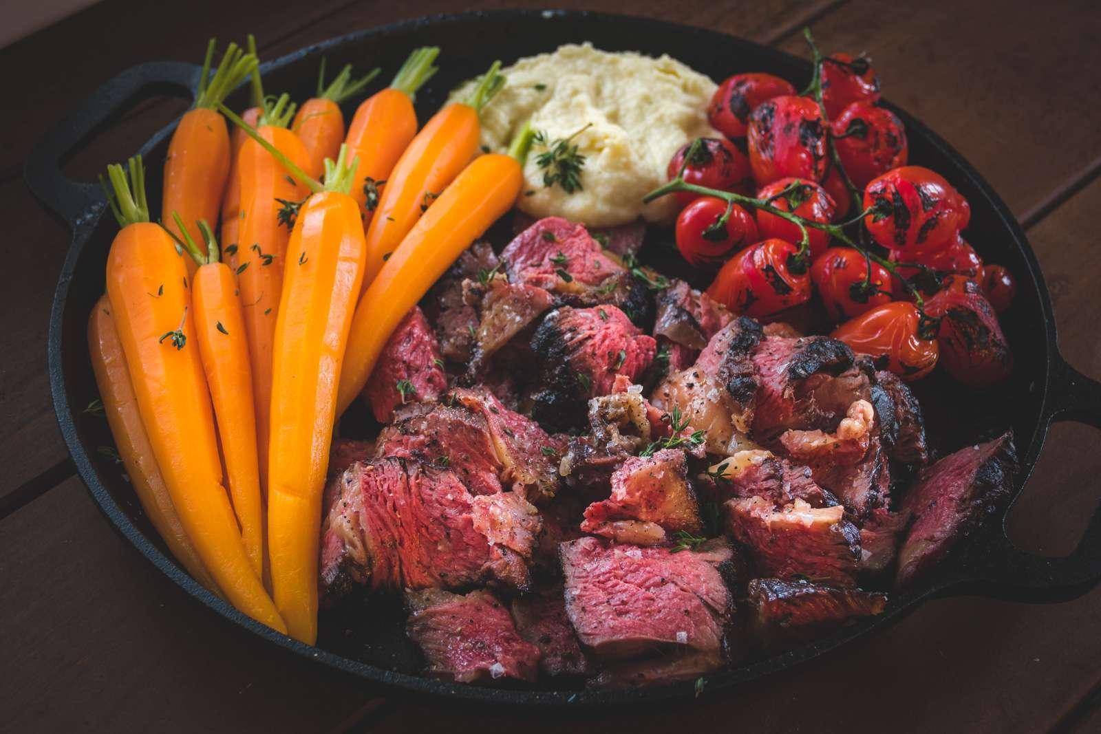 Recept Tomahawk Steak met wortelen, trostomaatjes, puree en rozemarijn
