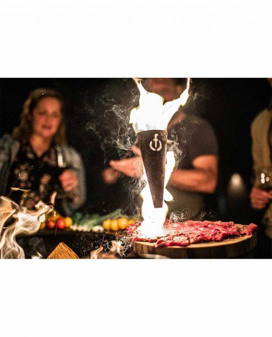 Sfeerbeeld   Churrasco Forged Flambadou   brandend vet boven vlees