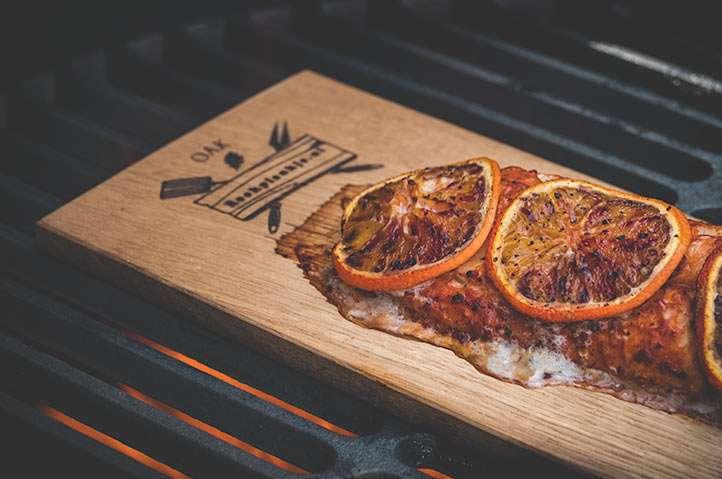 Roodbaarsfilet met chipotle en bloedsinaasappel van de eiken rookplank